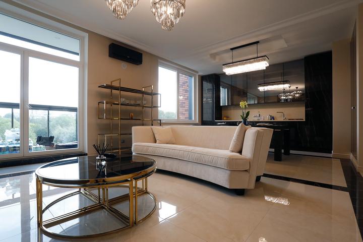 Бархатный бежевый диван в гостиной