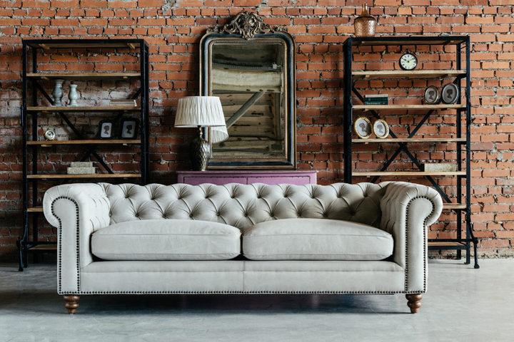 Бархатный серый диван в гостиной в стиле лофт