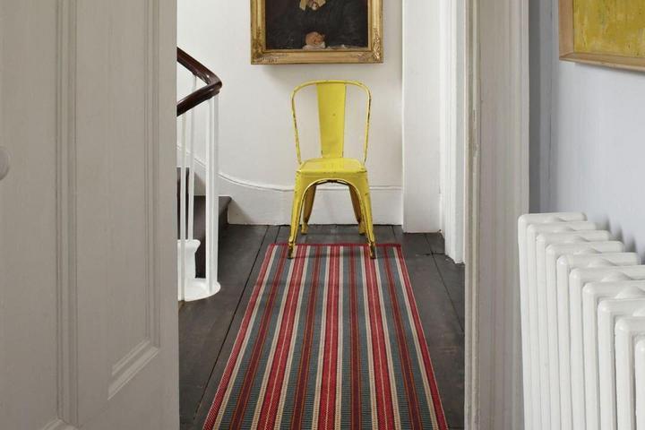 Полосатый ковер выделяет длинный коридор