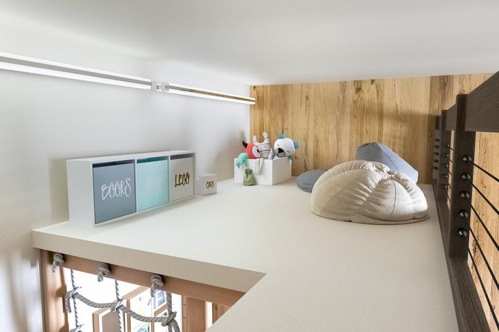 Нейтральные белые стены и акцент в виде деревянных панелей