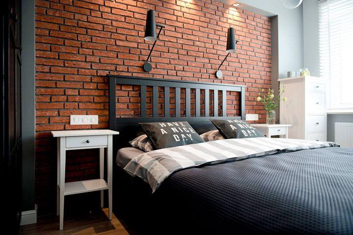 Спальня с акцентной кирпичной стеной