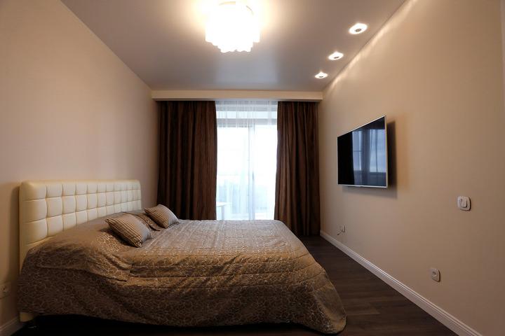 Минималистичная спальня с выходом на балкон