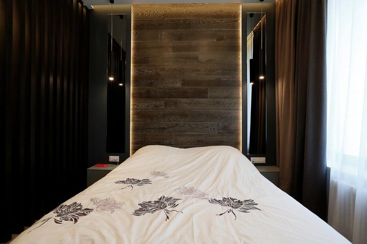 Спальня в темных тонах с натуральным деревом