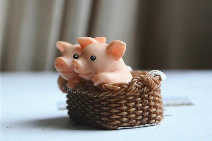 Фигурка свинок в корзинке
