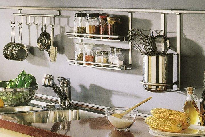 Кухонная утварь на рейлинге