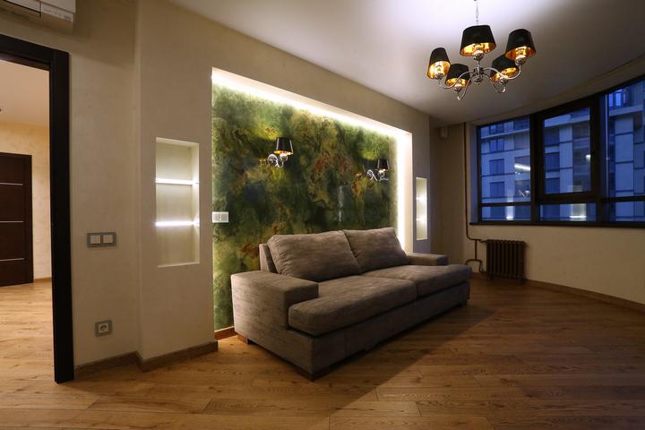 Подсветка стены за диваном и дополнительные бра