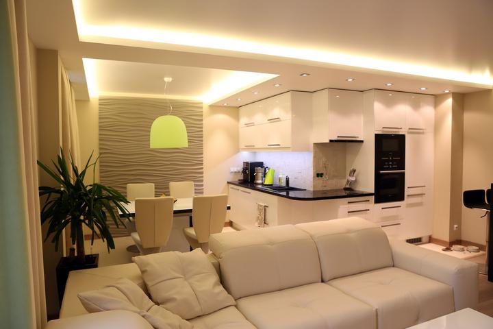 Разные сценарии освещения в совмещенной кухне-столовой-гостиной