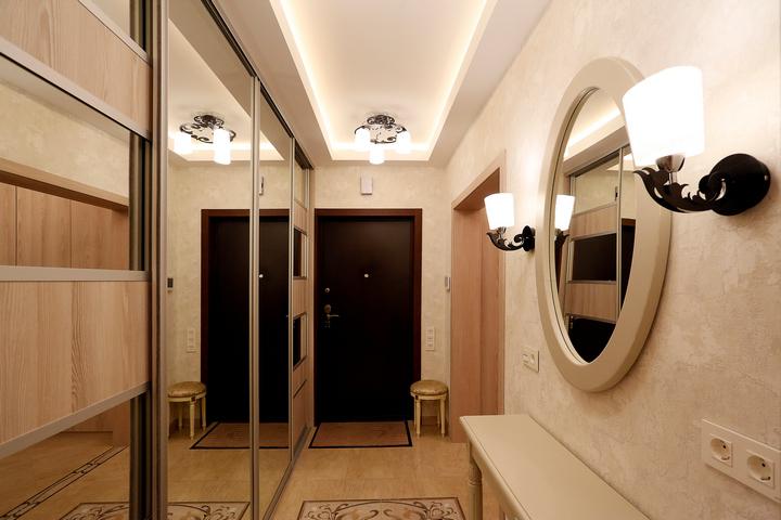 Основное освещение на потолке и дополнительные бра у зеркала