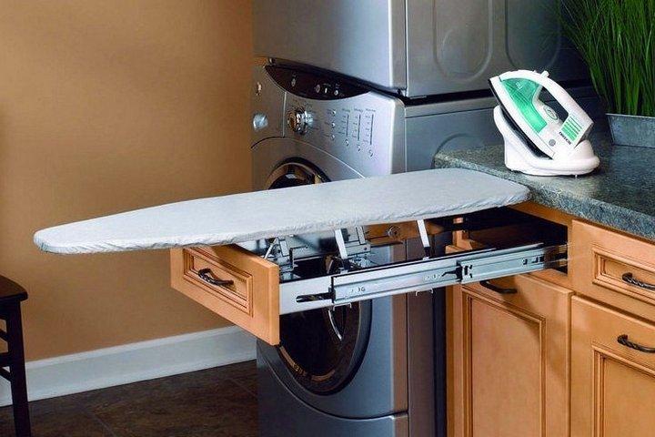 Раскладная гладильная доска на кухне