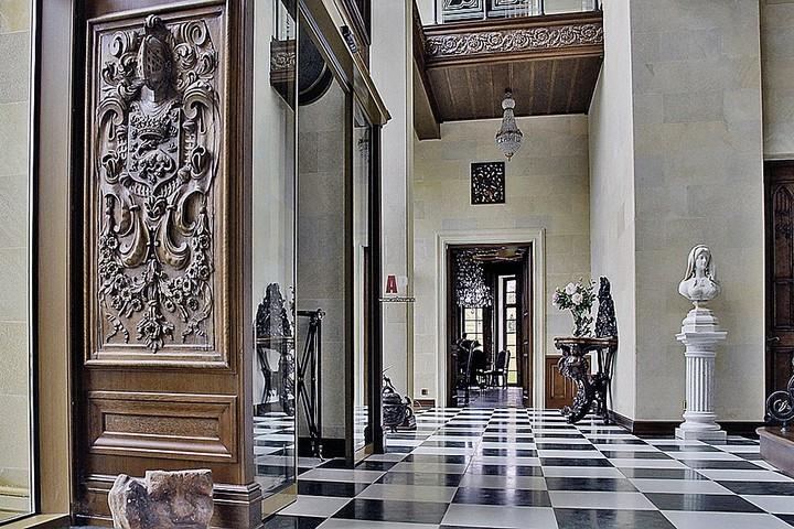Холл с шахматной плиткой