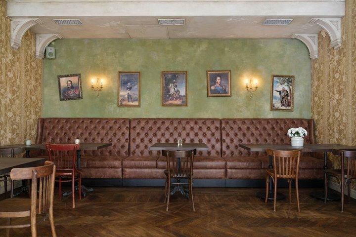 Приватный зал с картинами