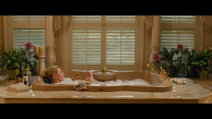 Ванная комната с окнами и мраморным подиумом