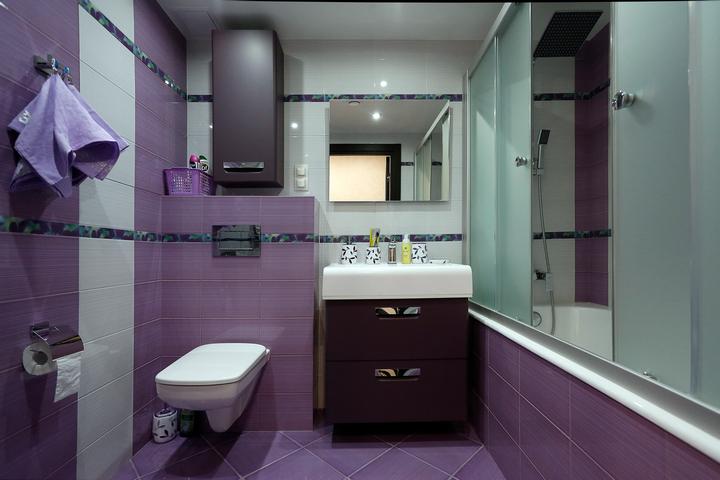 Подвесная инсталляция, бойлер и раковина, справа — ванна