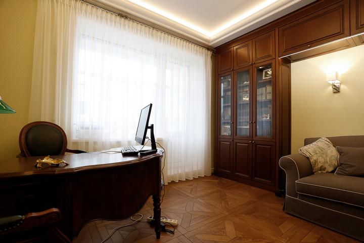 Интерьер кабинета с большим письменным столом