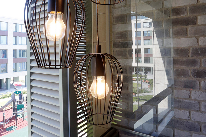 Жестяные светильники на лоджии