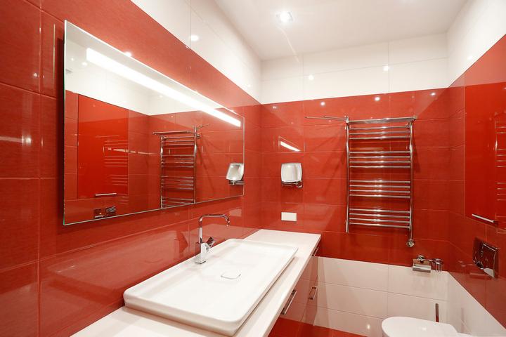 Раковина и зеркало в ванной комнате