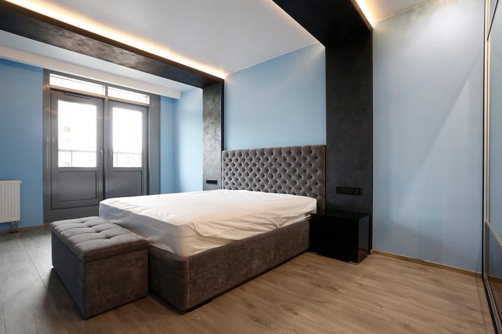 Спальня с кроватью в центре