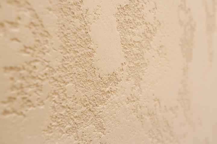 Штукатурка на стенах гостиной