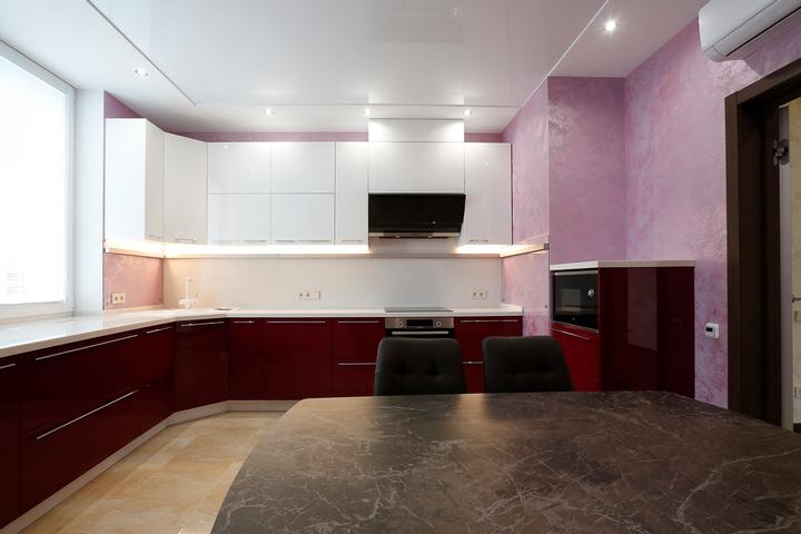 Кухня с белыми фасадами и красными тумбами