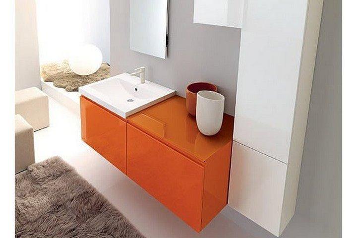 Неоновая оранжевая тумба в ванной комнате