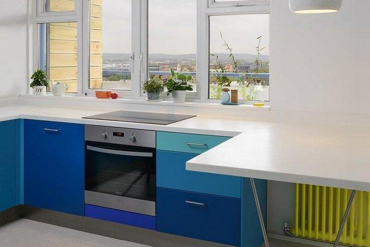 Неоновый кухонный гарнитур и желтая батарея в кухне