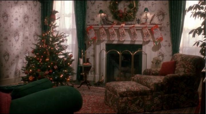 Камин в гостиной и Рождественский декор