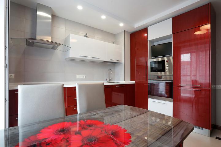 Сочетание красного и белого в дизайне кухни