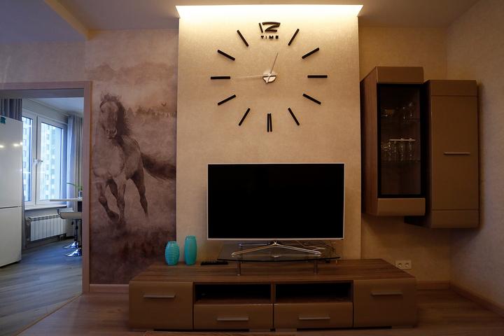 Акцентная стена в гостиной с ТВ и декором