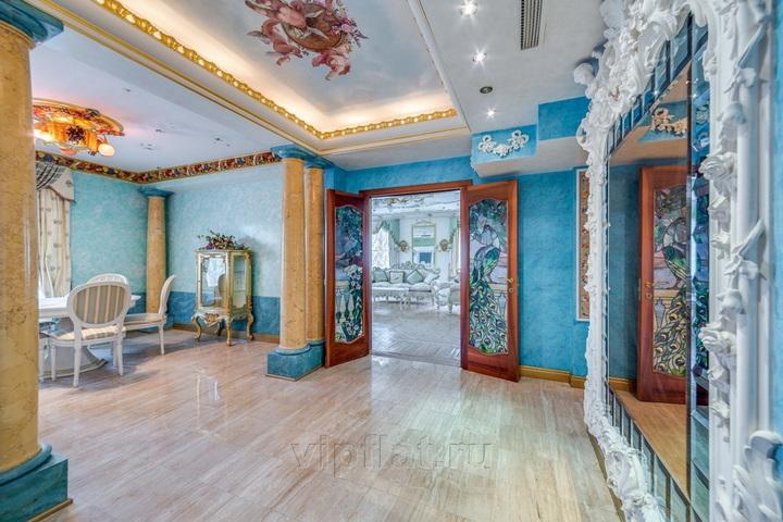 Просторный холл с голубом цвете