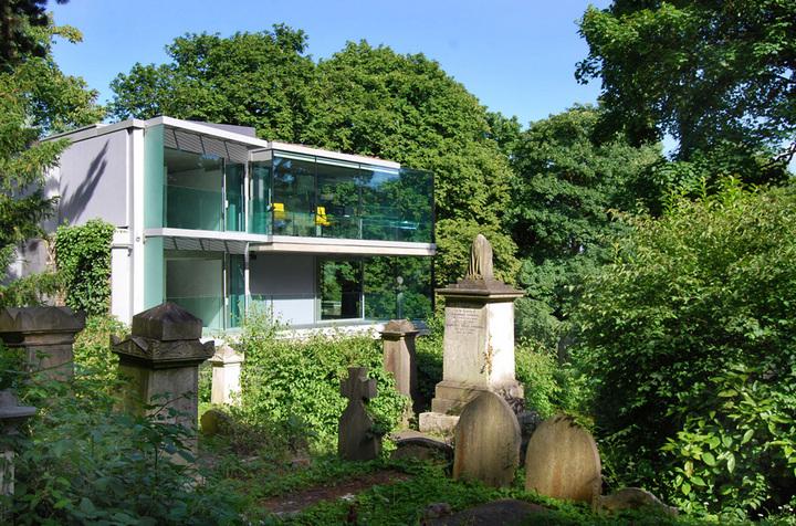 Стеклянный дом на кладбище