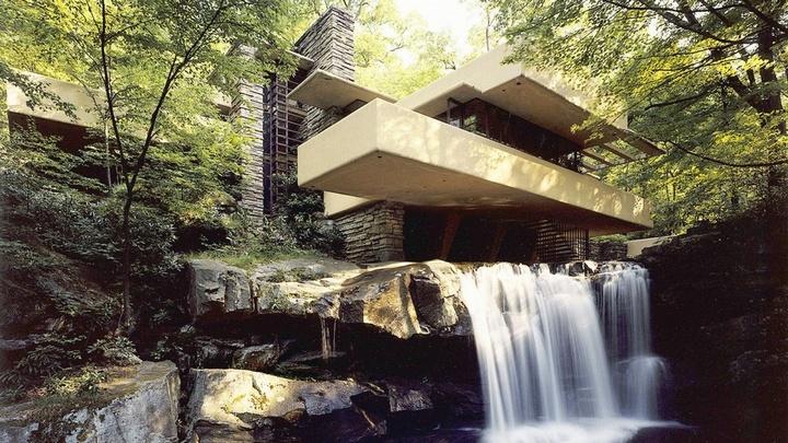 Дом в пейзаже с водопадом