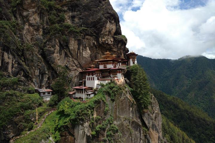 Монастырь на склоне горы