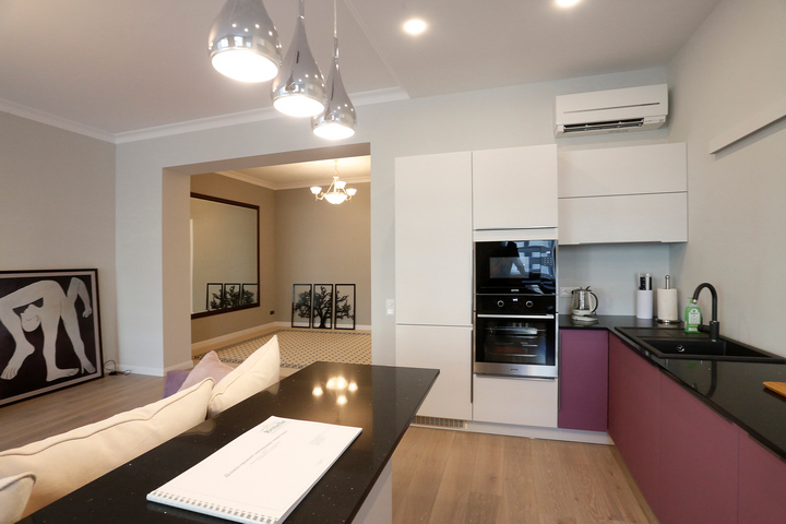 Минималистичная кухня с яркой мебелью