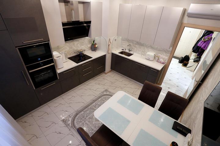 Современная кухня с классическим угловым размещением мебели