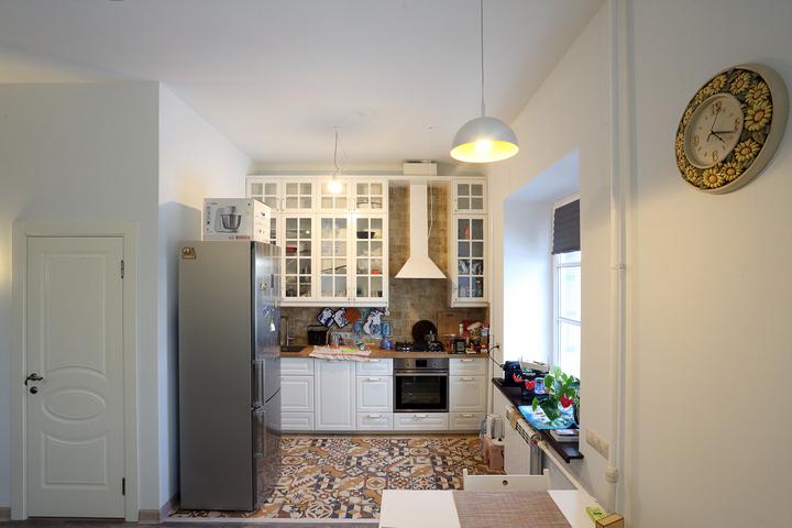Небольшая кухня с эклектичной плиткой и скандинавской практичностью