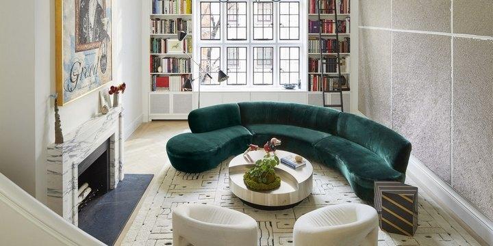 Яркий изумрудный диван в гостиной в светлых тонах