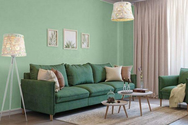 Темный интерьер с мятной отделкой и зеленой мебелью