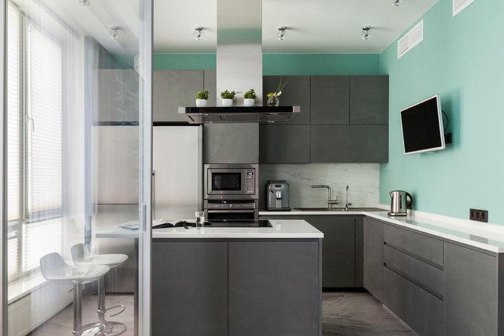Кухня с бетонными фасадами и мятной отделкой стен