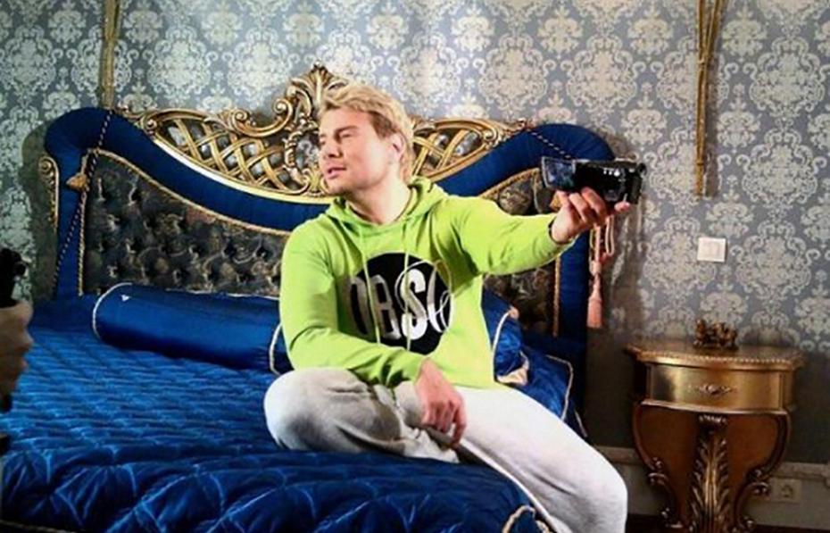 Николай Басков в своей спальне