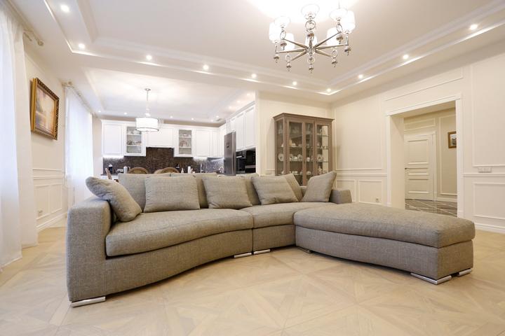 Бежево-серый диван в просторной комнате