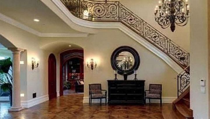Холл особняка и коридор в кухню