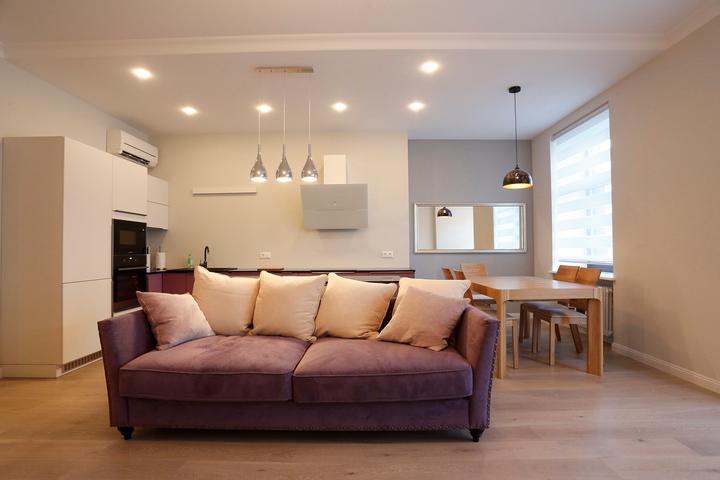 Минималистичный интерьер кухни-столовой-гостиной