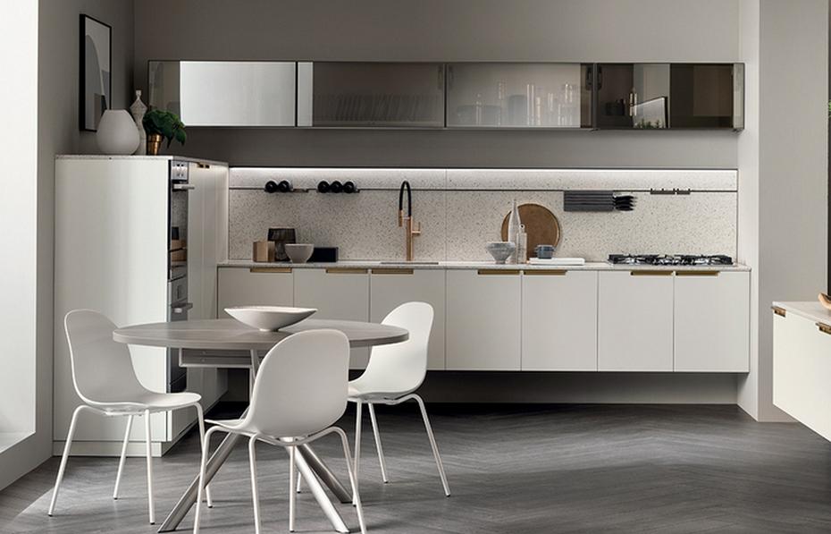 Белая минималистичная кухня с прозрачными полками