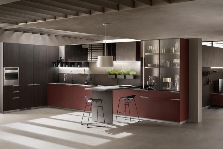 Кухня в красных тонах с черным бетоном