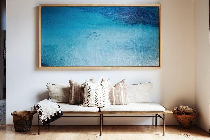 Крупное минималистичное полотно в холле над диваном