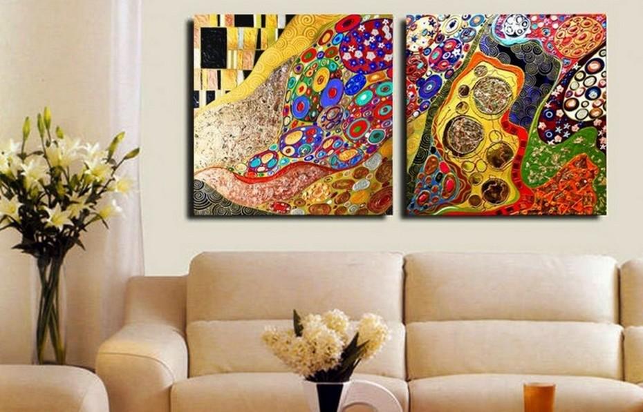Абстрактная живопись в интерьере гостиной