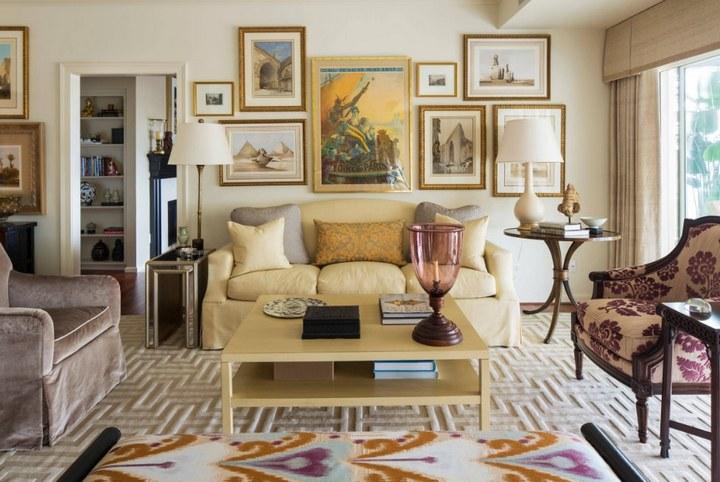 Композиция из живописных полотен в гостиной