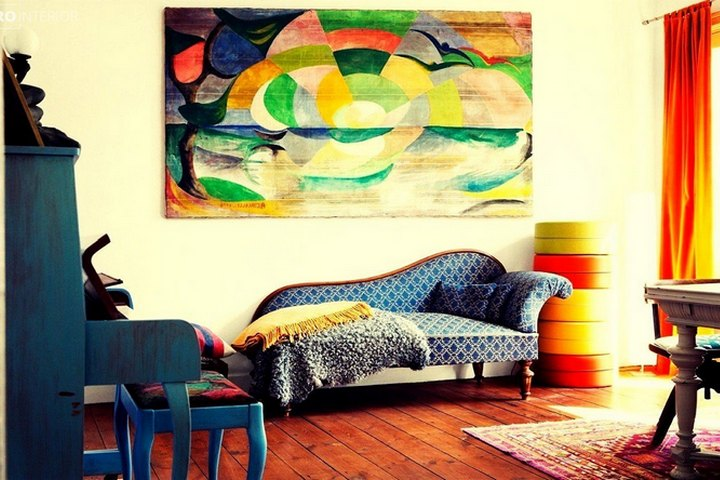 Абстракция без рамы в яркой гостиной