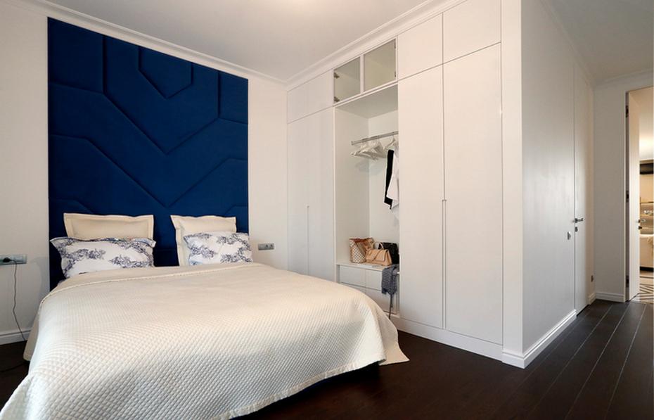 Спальня с белых и синих тонах