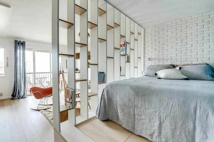 Спальня отделенная стеллажом